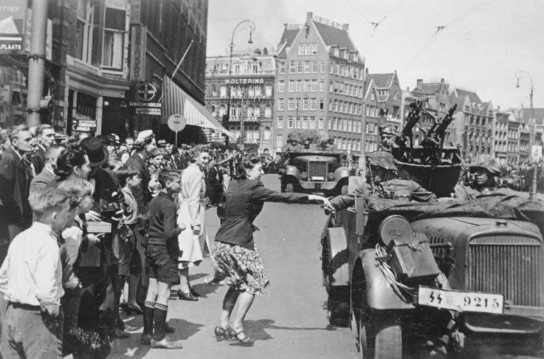 Жители Амстердама встречают немцев.