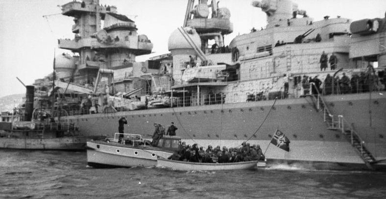 Погрузка десанта с крейсера «Адмирал Хиппер».