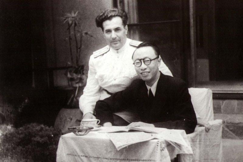 Пу И и подполковник М.М. Кудрявцев, «сагитировавший» императора на дарственную.