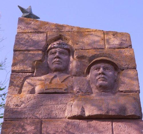 п. Колобовка Ленинского р-на. Памятник воинам на Колобовском кургане.
