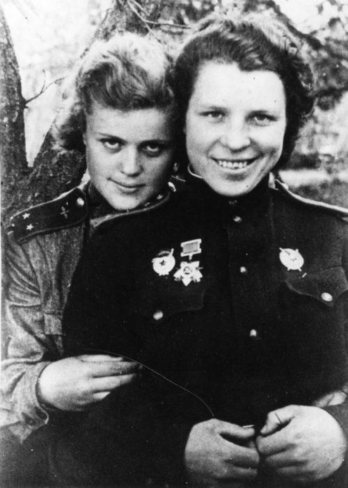 Женя Руднева и Дина Никулина. 1943 г.