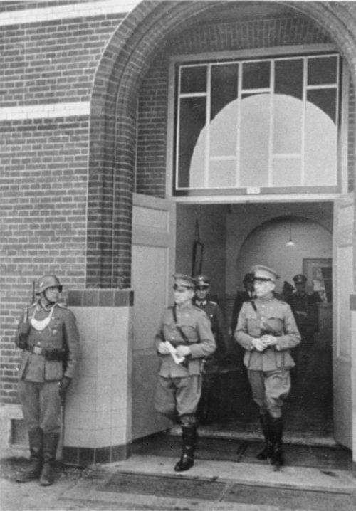 Подписание капитуляции Главнокомандующим вооруженными силами Нидерландов Анри Винкельманом.