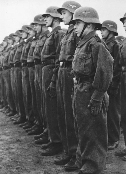 Юные немецкие зенитчики «Флакхелферы» на построении во время занятий. Февраль 1943 г.