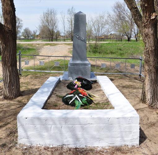 х. Бузиновка Калачевского р-на. Братская могила советских воинов, погибших в годы войны.
