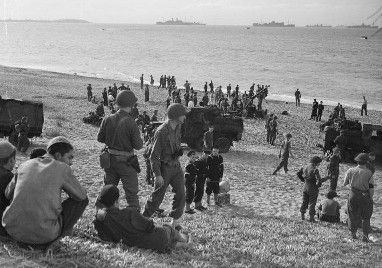 Британские и американские войска на побережье Алжира.