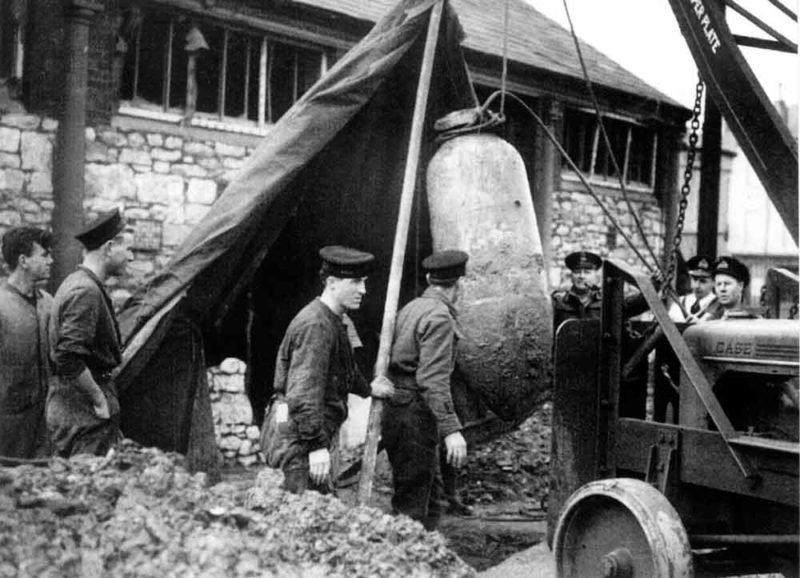 Извлечение неразорвавшейся бомбы.