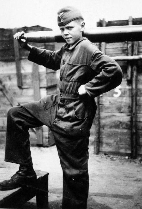 «Флакхелфер» со снарядом зенитного орудия в городе Хаген. 1943 г.