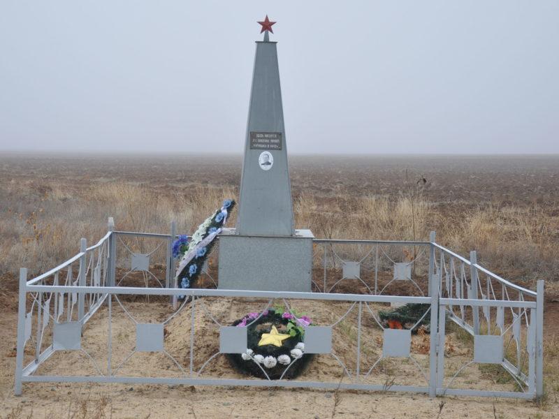 п. Колобовка Ленинского р-на. Братская могила советских воинов.