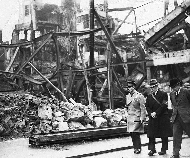 Король Георг VI осматривает разрушения Бристоле.