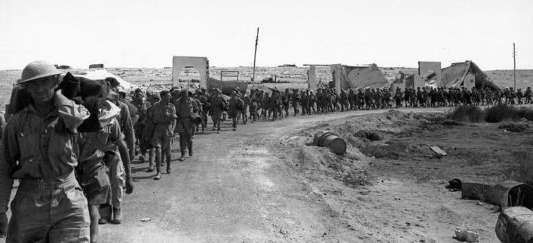 Британские пленные покидают Тобрук.
