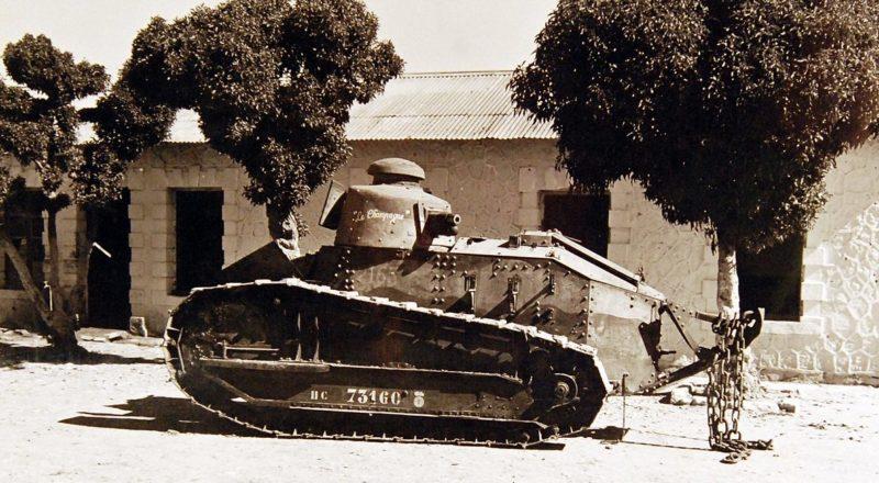 Французский танк, захваченный в Алжире.