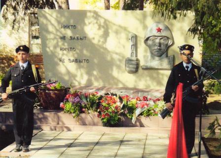 г. Ленинск. Памятник учителям и ученикам школы №1, погибшим на войне.