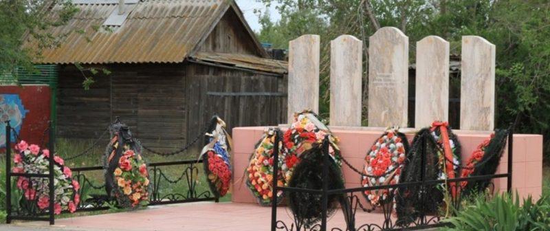 с. Дубовый Овраг Светлоярского р-на. Памятник односельчанам.