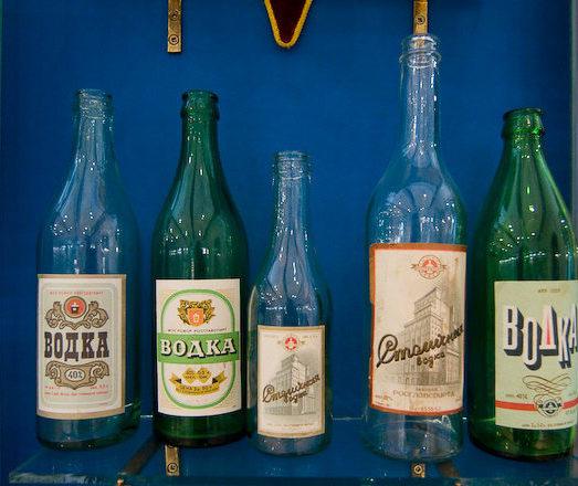 В таких бутылках выпускалась водка во время войны. Фото из московского музея водки.