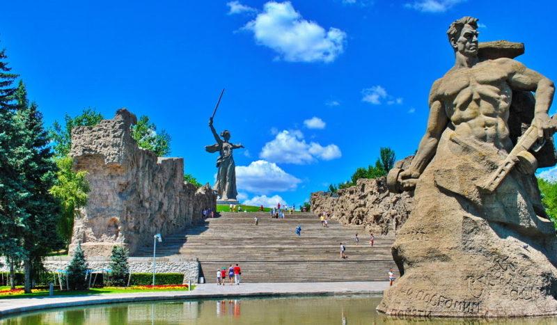 Вид на стены-руины и памятник «Стоять насмерть!».