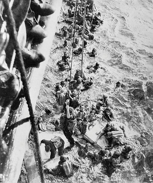 Британский крейсер «Dorsetshire» спасает немецких моряков с «Бисмарка».