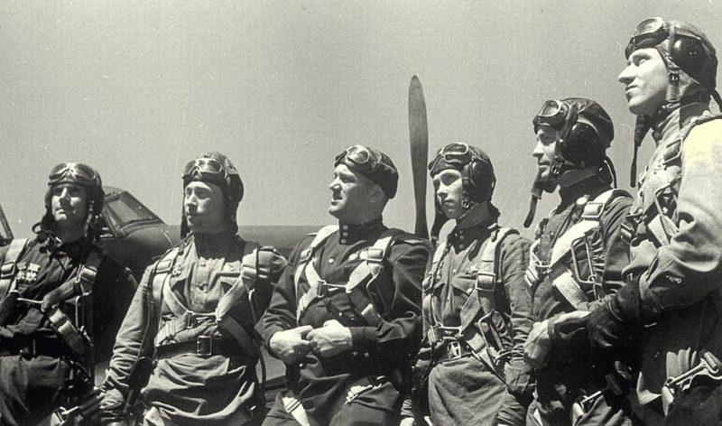 Генерал-майор Савицкий среди летчиков. 1943 г.
