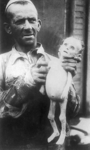 Труп ребенка, погибшего от голода. Варшавское гетто. 1942 г.