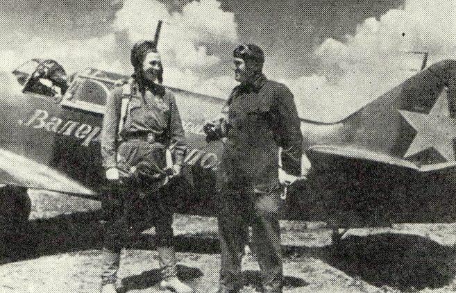 Савицкий со своим ведомым Меркуловым после вылета. 1943 г.