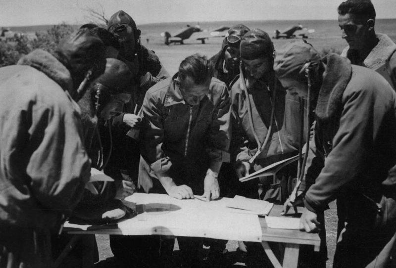 Итальянские летчики изучают карту Египта. 1940 г.