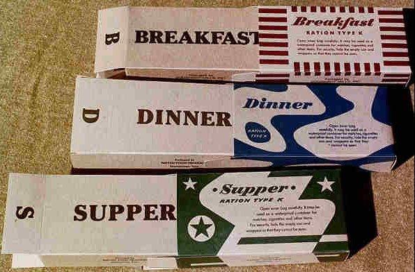 Упаковки К-рациона, различимые по цвету и рисунку: завтрак, обед и ужин.
