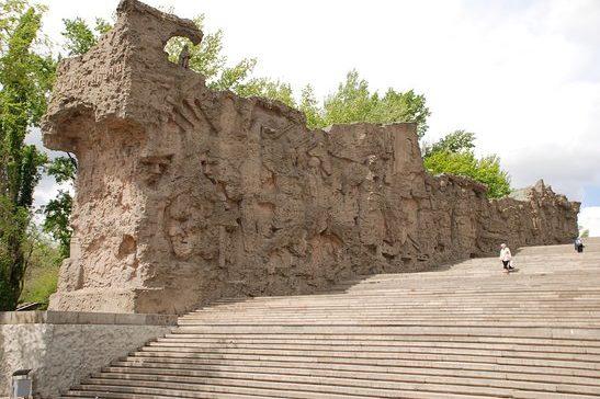 Общий вид стен-руин с барельефами, высотой от 5 до 15 метров.