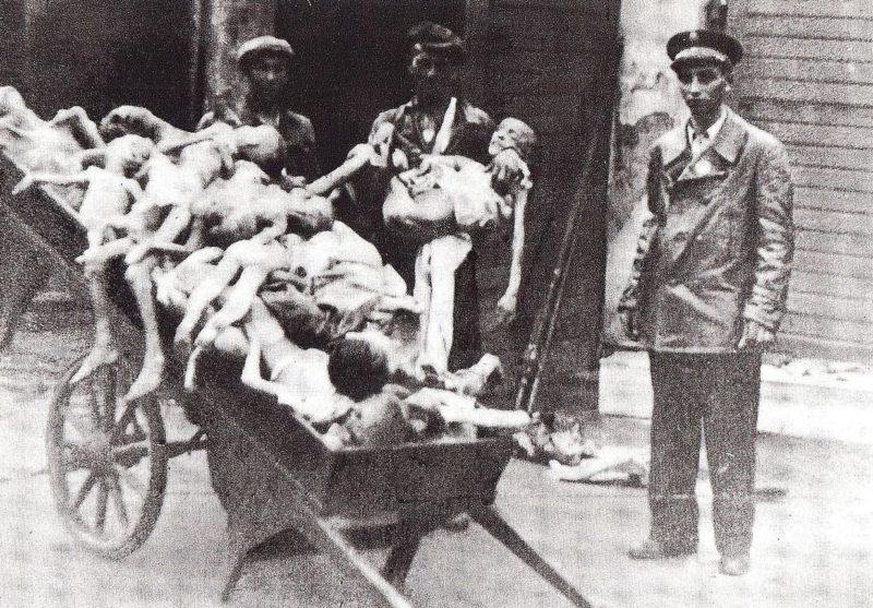 Трупы умерших детей. Варшавское гетто. 1942 г.