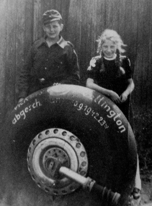 Помощник ПВО Люфтваффе Рудольф Гербранд и его сестра Марта у колеса сбитого британского бомбардировщика. 1944 г.