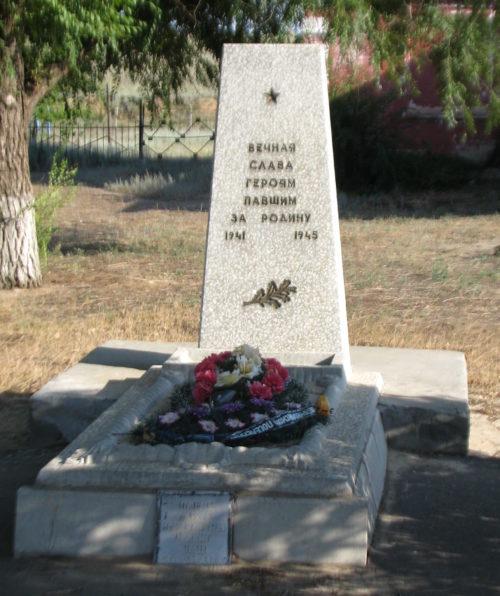 п. Луговой Светлоярского р-на. Братская могила советских воинов.