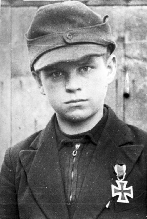 Двенадцатилетний Альфаред Зех из Гольтау, награжденный Железным крестом II класса за спасение раненных. Март 1945 г.