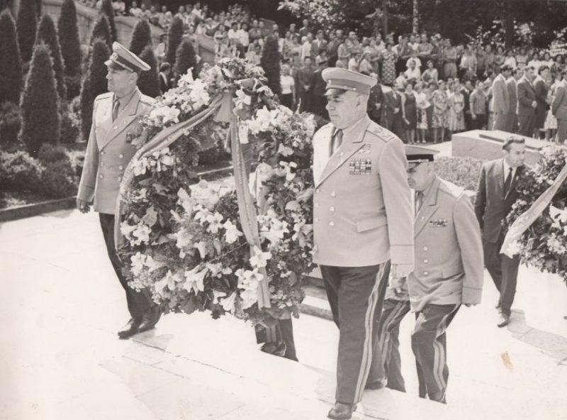 Маршал Советского Союза Николай Крылов и маршал Авиации Евгений Савицкий. Вильнюс. 1968 г.