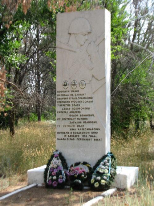 п. Зеленый Быковского р-на. Братская могила советских летчиков, погибших во время Сталинградской битвы.
