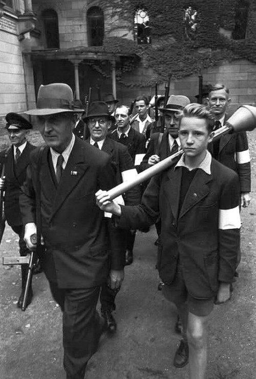 Члены фольскштурма с фаустпатронами. 1945 г.