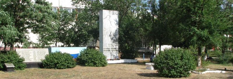 п. Привольный Светлоярского р-на. Братская могила советских воинов.