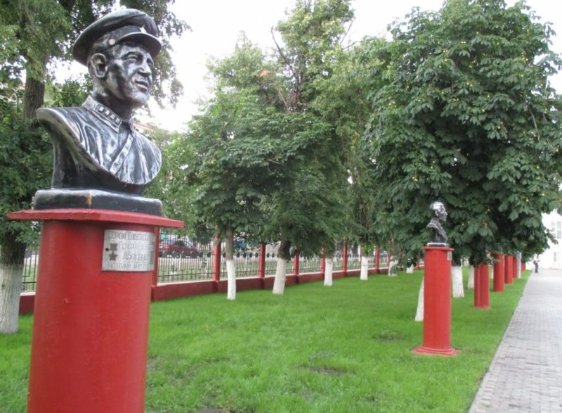 г. Урюпинск. Алея Героев была открыта в 2005 году – в честь 60-й годовщины дня Победы. На ней установлены десять бюстов-памятников, изображающих героев Урюпинска. Скульптор - С. П. Кальченко.