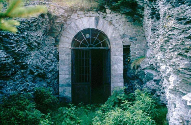 Вход в казарму через подземелье.