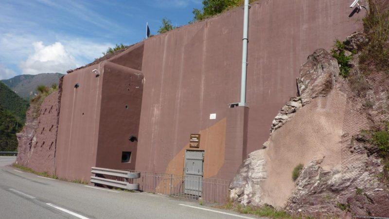 Вход в форт в годы войны и сегодня.