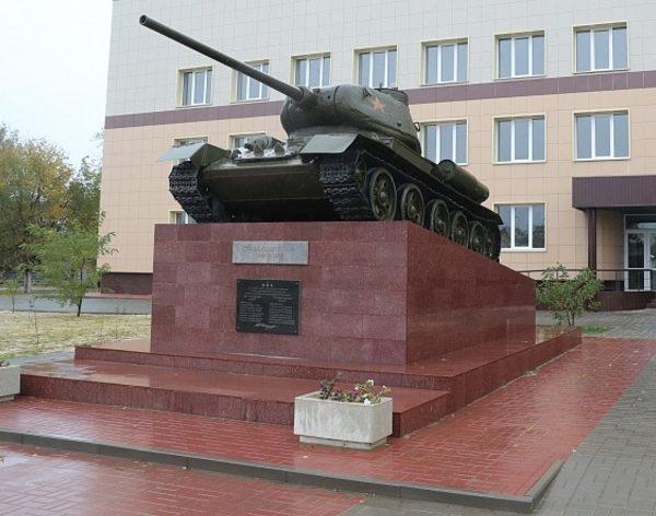 г. Калач-на-Дону. Памятник-танк Т-34, установленный в честь советских танкистов, освободивших город.