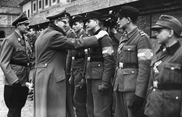 Адольф Гитлер награждает членов Гитлерюгенда. Март 1945 г.