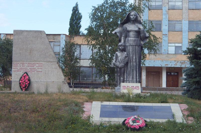 ст-ца. Арчединская Михайловского р-на. Памятник на братской могиле воинов.