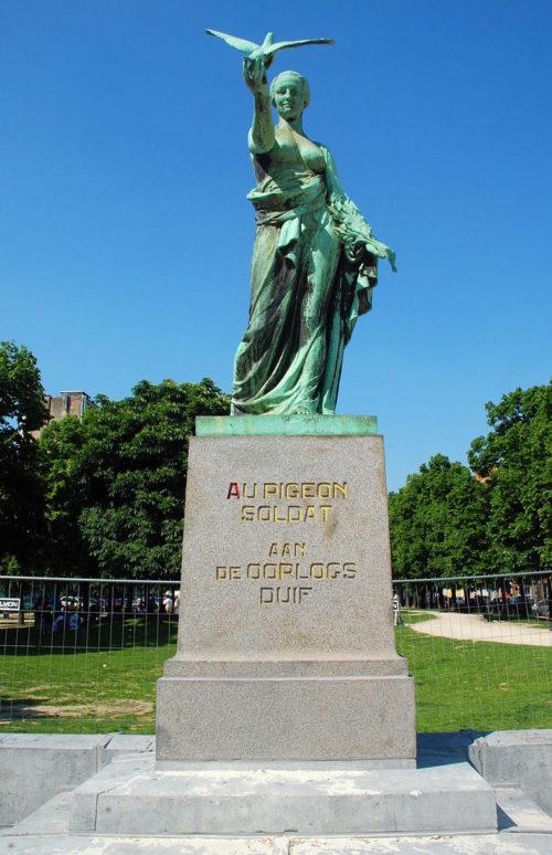 Памятник голубю-солдату в Брюсселе.
