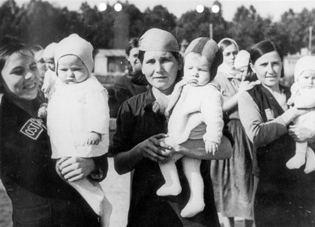 Остарбайтеры с детьми, родившимися в неволе. 1944 г.