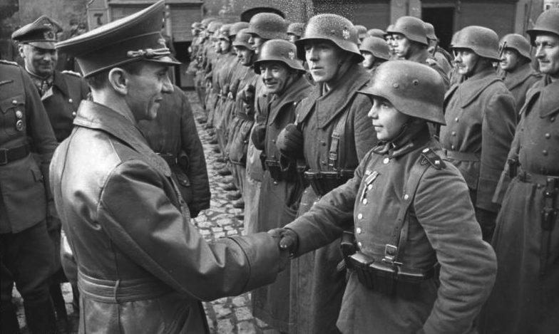 Геббельс награждает члена Гитлерюгенд. 1945 г.
