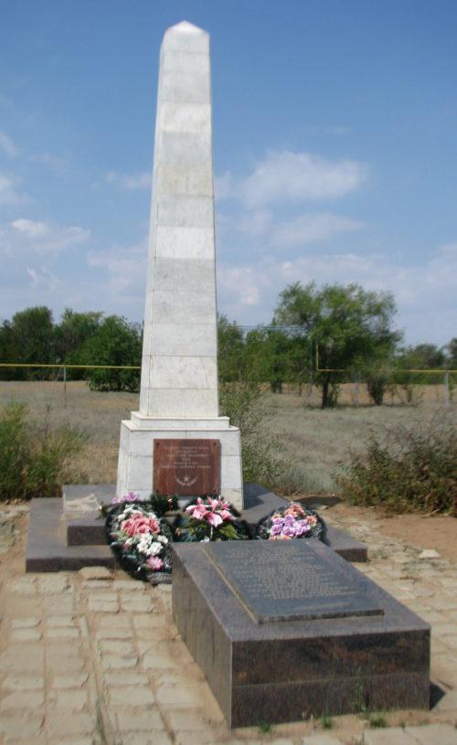 п. Приморск Быковского р-на. Братская могила советских летчиков, погибших во время Сталинградской битвы.