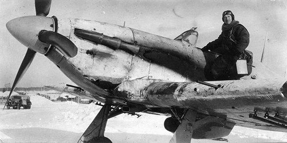 Сафонов у самолета. 1941 г.