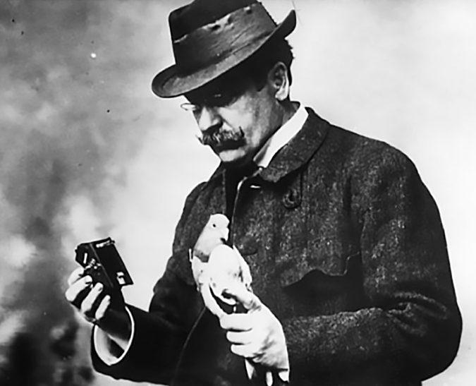 Юлиус Нойброннер со своим изобретением. 1914 г.