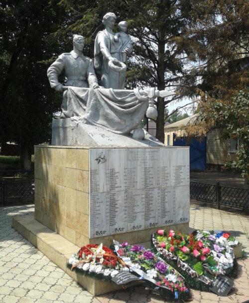 г. Фролово. Памятник, установленный на братской могиле воинов, погибших в годы войны.