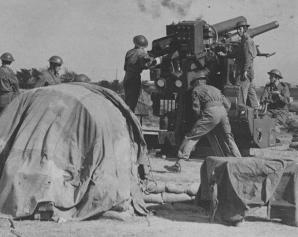 Британские зенитчики ведут огонь из 94-мм пушки. 1940 г.