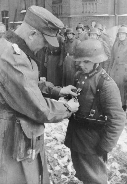 16-летний Вилли Хюбнер награждается Железным крестом II. Март 1945 г.