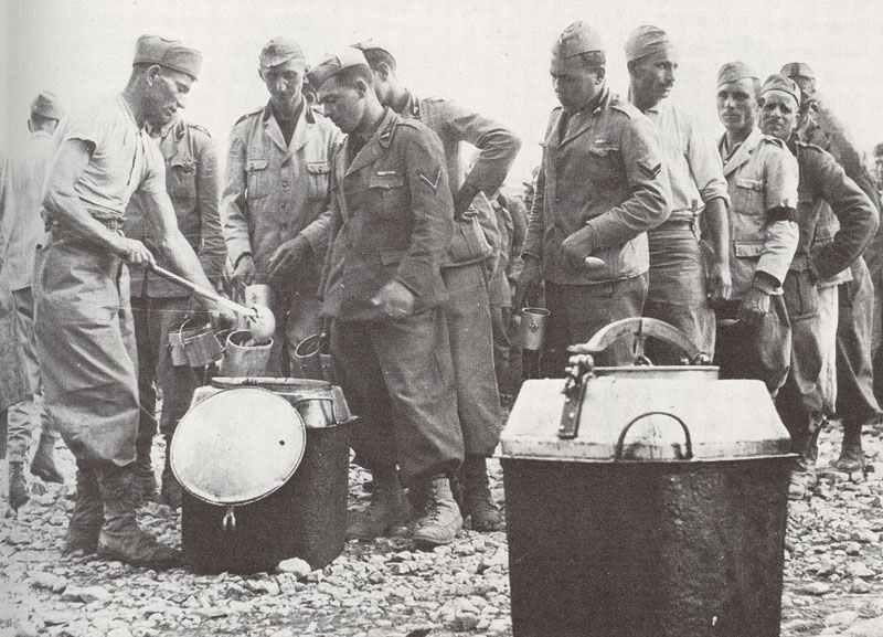 Обед итальянцев в пустыне. 1940 г.